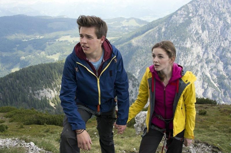 Emma (Pia Soppa, r.) hat nach Umwegen zu ihrem Freund Oliver (Daniel Hefner, l.) gefunden. – Bild: ZDF und Thomas R. Schumann