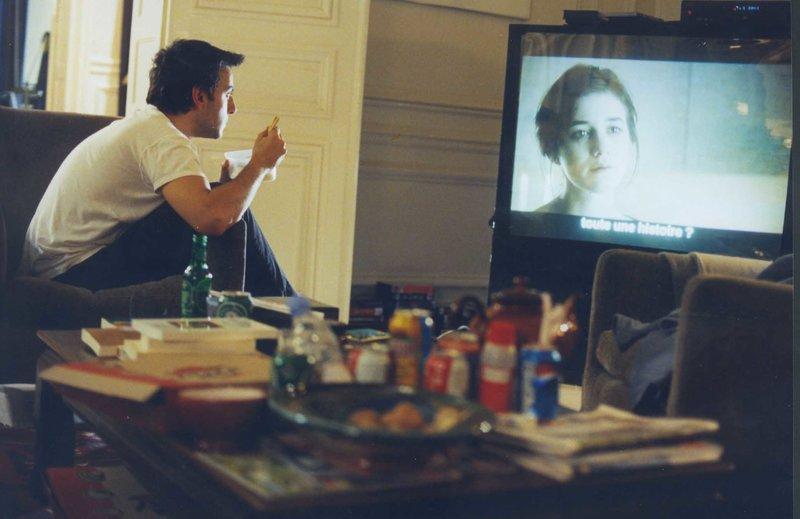 """Nachdem Yvan (Yvan Attal) Charlotte am Set für ihren neuen Film bei einer Liebesszene mit ihrem Filmpartner John """"erwischt"""" hat, ist seine Eifersucht mit ihm durchgegangen und sie haben sich getrennt. Doch wenn er sie in einem Film sieht, spürt er, wie sehr sie ihm fehlt. – Bild: ZDF und Nathalie Eno"""