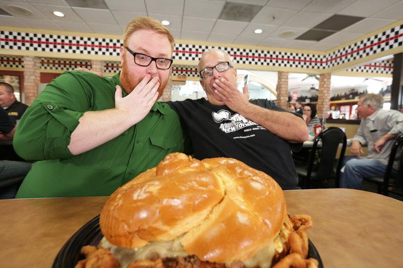 """Im """"Chompie's"""" in Phoenix bekommt Josh Denny (l.) von Chefkoch Bornstein (r.) den """"Bubbie's Belly Buster"""" präsentiert, ein zehn Pfund schweres Brisket-Sandwich ... – Bild: 2017,Television Food Network, G.P. All Rights Reserved. Lizenzbild frei"""