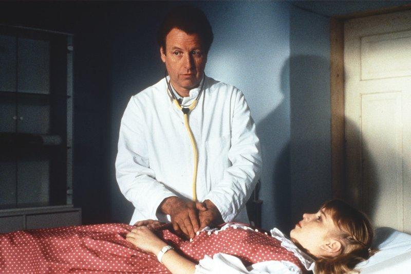 Dr. Thomas Burgner (Gerhart Lippert) untersucht die junge Lena Angerer (Nadine Neumann). – Bild: rbb