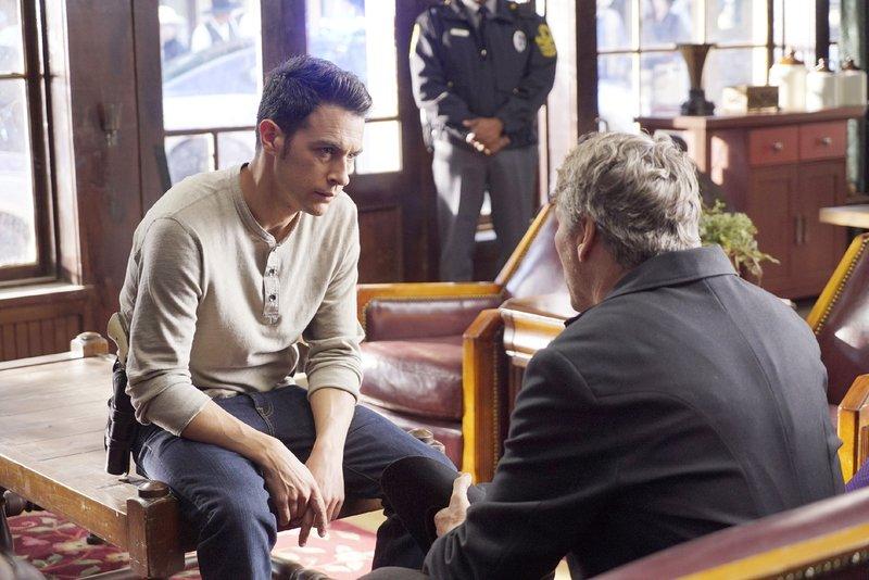 Aubrey (John Boyd, l.) befragt einen möglichen Zeugen. – Bild: RTL / FOX