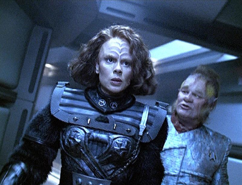 B'Elanna Torres (Roxann Biggs-Dawson, l.) wird von Neelix (Ethan Phillips, r.) aufgestachelt, den Kampf gegen die Klingonen heldenhaft aufzunehmen. – Bild: Tele 5