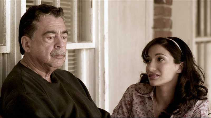 Rosanna (Crystal Mantecon) mit Grandpa George (Danny Mora) – Bild: RTL II