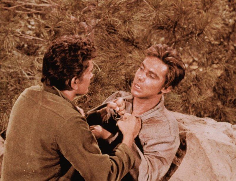 Little Joe (Michael Landon) überrascht nachts an seinem Lager einen Indianer, der sich als ein weißer Junge entpuppt. Er heißt Billy Horn (Carl Reindel) und ist von den Indianern, die die Farm seiner Eltern überfallen hatten, mitgenommen und aufgezogen worden. Das neue Leben fällt ihm schwer - und als Ben mit einem Nachbarn Probleme bekommt, löst sie der 'weiße Indianer' auf seine Weise - und wird des Mordes angeklagt ... – Bild: Paramount Pictures Lizenzbild frei