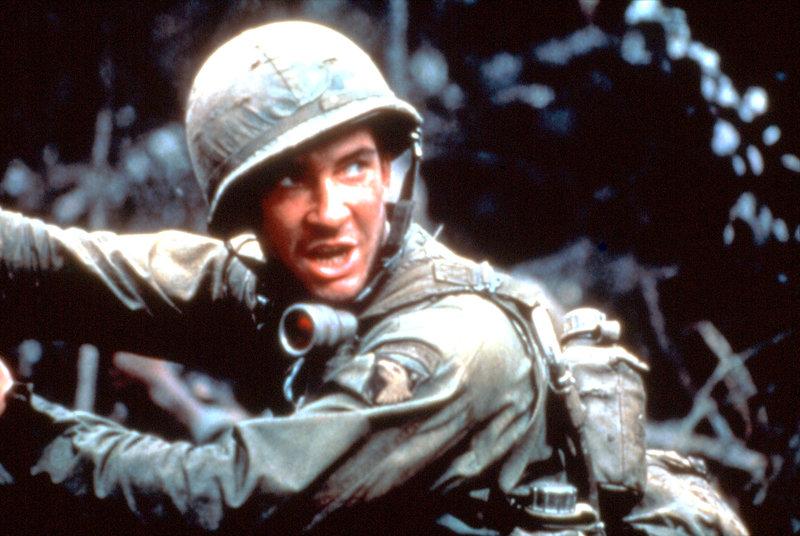 """Am Hügel 937 in Vietnam, der von den Soldaten """"Hamburger Hill"""" genannt wird, weil man hier zu Hackfleisch verarbeitet wird, kämpfen 600 Männer bald nicht mehr gegen den Kommunismus und auch nicht für das eigene Land, sondern nur noch um das nackte Überleben. – Bild: RTL Zwei"""
