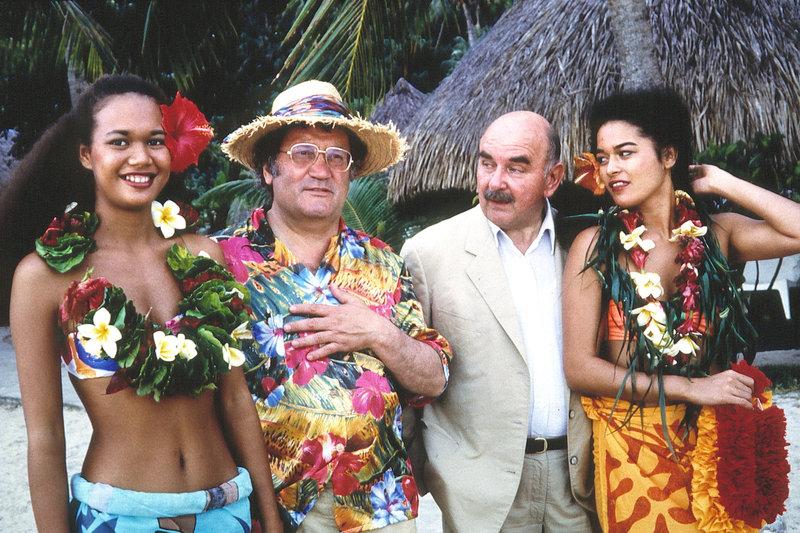 """Von links: Miss Tahiti, """"Dädy"""" Schwaiger (Walter Sedlmayer), Vater Haller (Kurt Weinzierl) und Miss Haifa. – Bild: BR/Foto Sessner / Foto Sessner"""