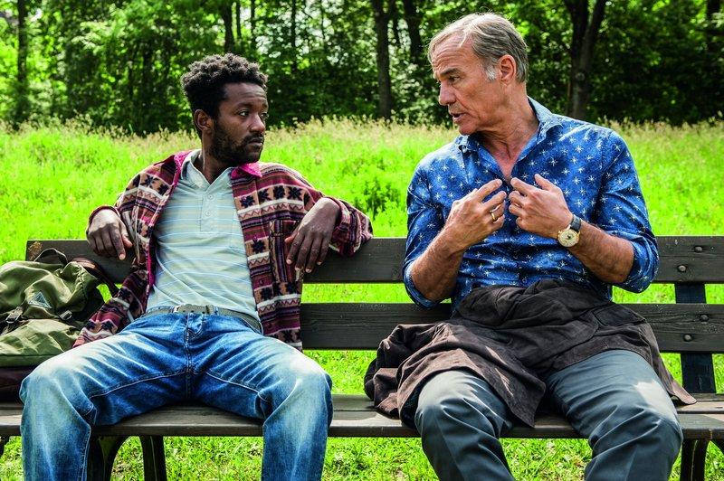 L-R: Diallo Makabouri (Eric Kabongo) und Dr. Richard Hartmann (Heiner Lauterbach) – Bild: Warner Bros.