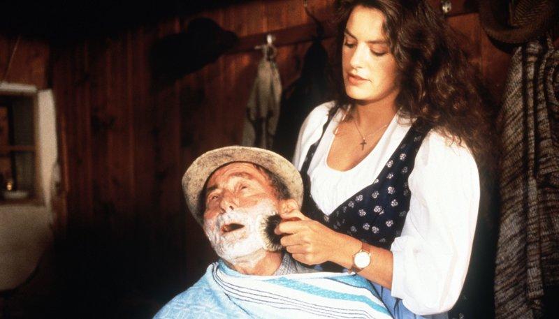 Liesi (Christine Neubauer) kümmert sich um ihren Großvater Jackl (Ludwig Wühr). – Bild: rbb