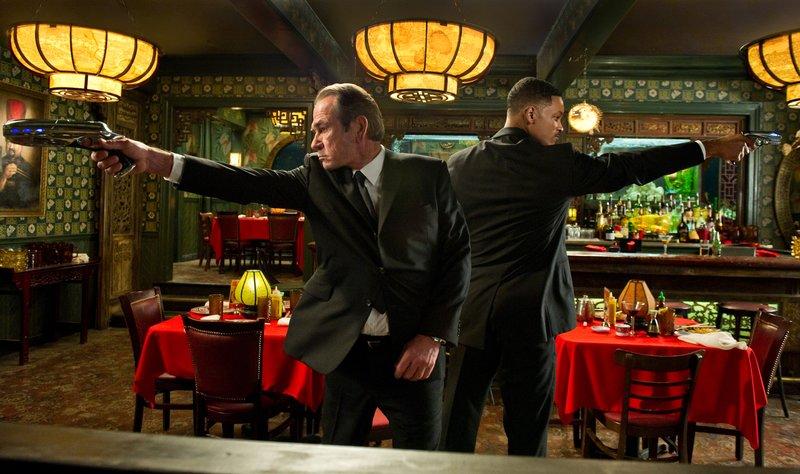 Agenten J (Will Smith, r.) und K (Tommy Lee Jones, l.) melden sich zurück - und zwar gerade noch rechtzeitig, um die gesamte Menschheit retten zu können ... – Bild: 2012 Columbia Pictures Industries, Inc. All rights reserved.