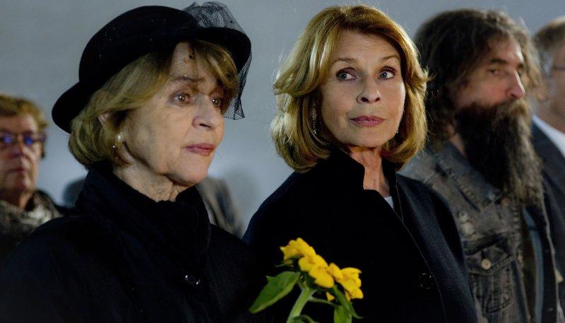 Nach Werners Tod steht Almuth (Senta Berger) ihrer Freundin Rita (Cornelia Froboess) zur Seite. – Bild: ARD Degeto/Sabine Finger