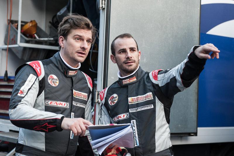 Rennfahrer Max Griebel(Matthi Faust, l.) und sein Co-Pilot Riccardo (Maximilian Allgeier, r.) besprechen die vor ihnen liegende Rennstrecke. – Bild: ZDF
