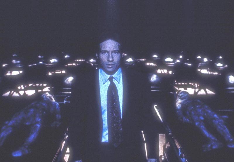 Mulder (David Duchovny) hat sich mit dem Ausweis eines CIA-Agenten in ein Geheimlabor des Pentagon eingeschlichen. – Bild: ProSieben MAXX