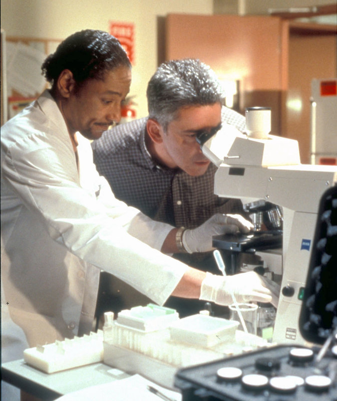Bob Miller (Adam Arkin) und Dr. Lawrence Carver (Giancarlo Esposito) untersuchen das äußerst gefährliche Bakterium, das das Trinkwasser verseucht. Ein Wettkampf mit der Zeit beginnt.... – Bild: RTL II