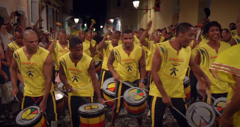 """Die weltberühmte Percussion-Gruppe """"Olodum"""" ist beim Karneval in Salvador ganz vorne mit dabei. – Bild: arte"""