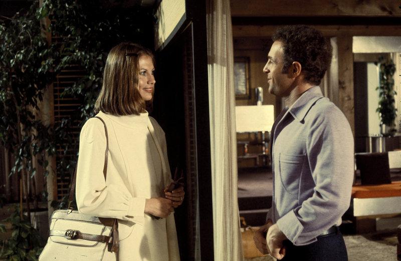 Jonathan (James Caan) und Ella (Maud Adams) verstehen sich sehr gut. Doch für Ellas Geschmack lebt Jonathan zu gefährlich, da er mit dem brutalen Spiel Rollerball sein Geld verdient. – Bild: TMG