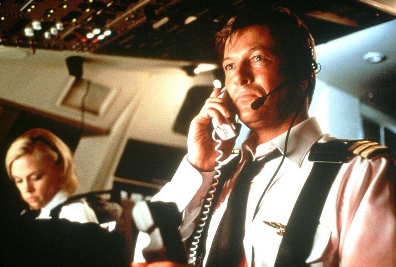 Captain John Prescott (Jack Wagner) und seine Co-Pilotin Kim McGee (Christine Elise) erfahren, dass sich an Bord ihrer Maschine eine Bombe befindet... – Bild: Nitro
