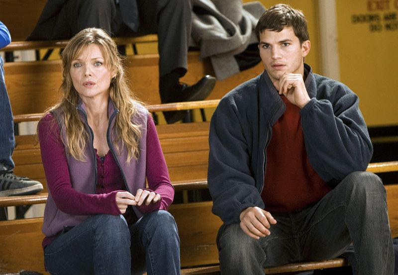 Linda (Michelle Pfeiffer), deren Mann bei einer Schießerei ums Leben kam, begleitet den Ringer Walter (Ashton Kutcher), dessen Schwester ermordet wurde, zu einem Turnier. – Bild: ZDF und ARD Degeto