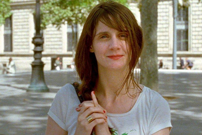 Ein Jahr nach Sashas Tod versucht ihre Schwester Zoé (Judith Chemla) in Paris, in ihren Alltag zurückzukehren. – Bild: ARTE France