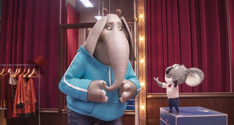 Als das schüchterne Elefantenmädchen Meena (l.) das Vorsingen vermasselt, bietet Buster ihr einen Job als Bühnenhelferin an. – Bild: MG RTL D / © 2016 UNIVERSA