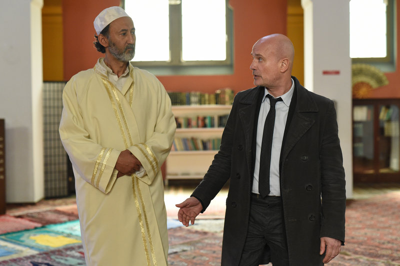 Das Opfer hatte sich offenbar ganz dem islamischen Glauben hingegeben. Schumann (Christian Berkel, r.) sucht nach einem Grund für die Radikalisierung der jungen Frau und befragt Imam Ibrahim (Ercan Durmaz, l.). – Bild: ZDF und Stefan Erhard