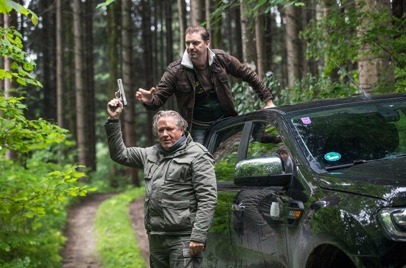 Girwidz (Michael Brandner, l.) Flucht ist gescheitert: Ottmar Fischer (Andreas Bittl, r.) überfällt ihn und nimmt ihm die Waffe weg – Bild: ARD/TMG/Emanuel A. Klempa