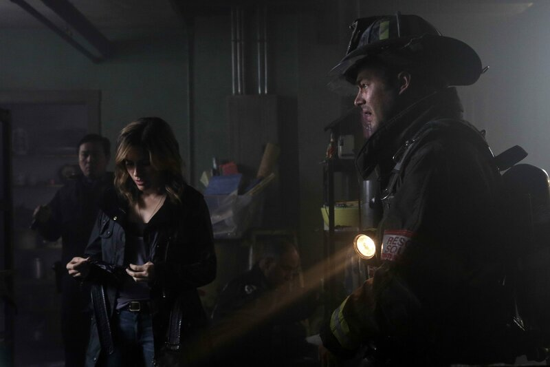 """CHICAGO FIRE -- """"Nobody Touches Anything"""" Episode 307 -- Pictured: (l-r) Sophia Bush as Erin Lindsay, Taylor Kinney as Kelly Severide -- (Photo by: Elizabeth Morris/NBC) – Bild: Universal TV"""