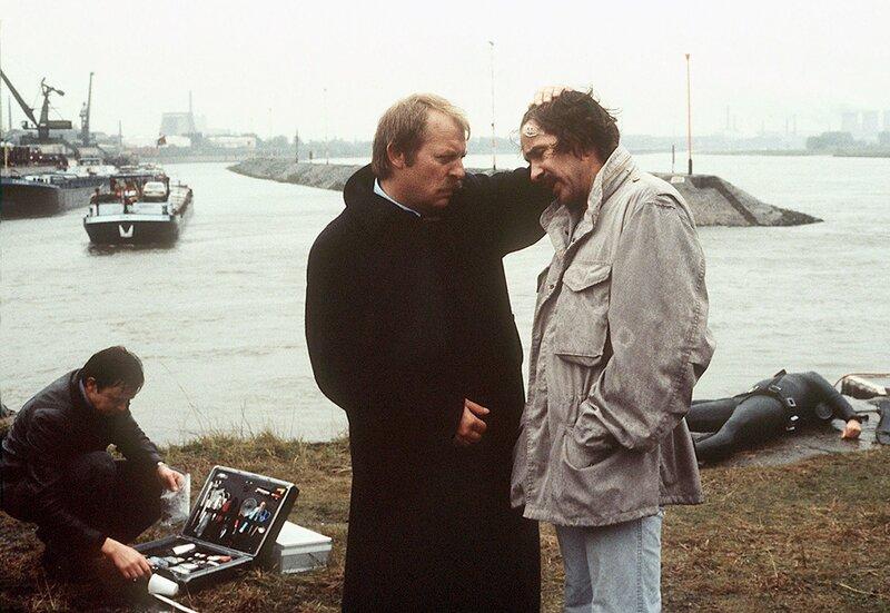 Thanner (Eberhard Feik, l.) kümmert sich um seinen verletzten Kollegen Schimanski (Götz George, r.) – Bild: WDR