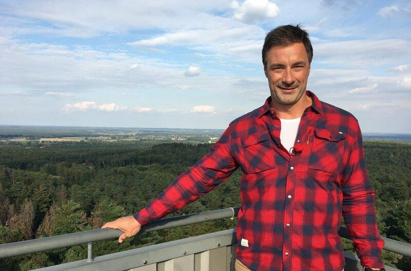 Vom 32 Meter hohen Aussichtsturm im Naturschutzgebiet Haard hat Moderator Marco Schreyl eine gute Aussicht. – Bild: WDR/Marie Luise Ostwald