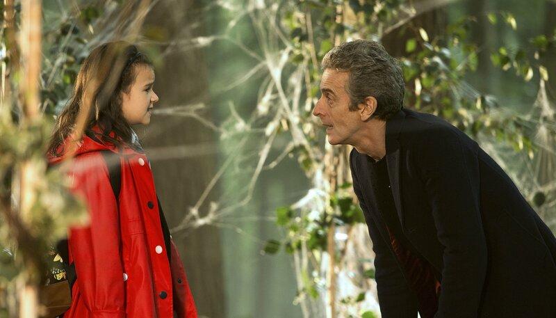 Maebh (Abigail Eames) und der Doctor (Peter Capaldi) im Wald – Bild: WDR/BBC