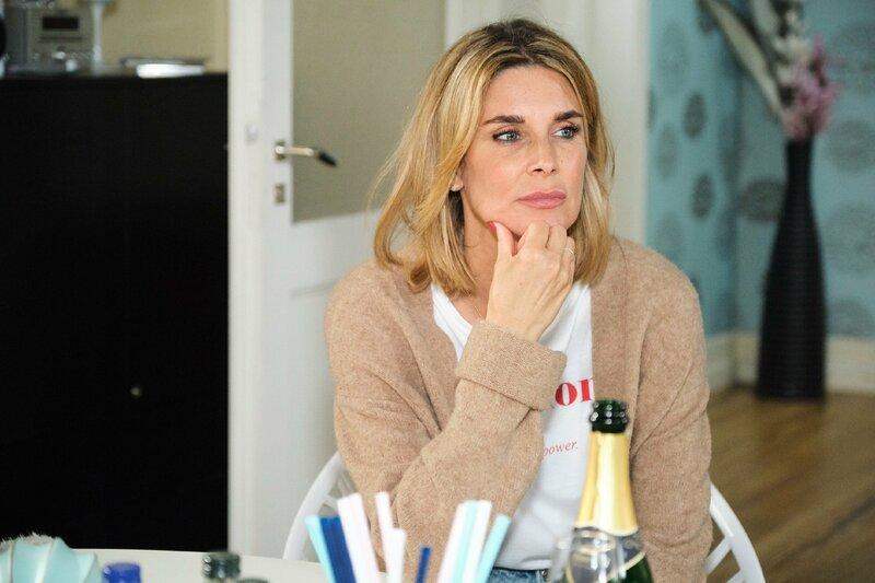 Eva (Claudelle Deckert) bekommt von Robert die Schattenseiten ihres Triumphs vor Augen geführt. – Bild: TVNOW