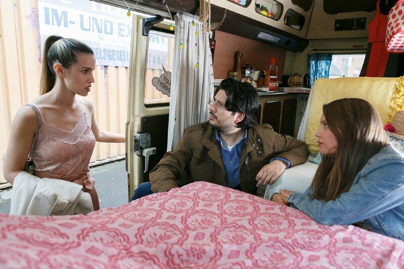 Nathalie (Amrei Haardt, r.) und Maximilian (Francisco Medina) werden von Chiara (Alexandra Fonsatti) erwischt. – Bild: TVNOW