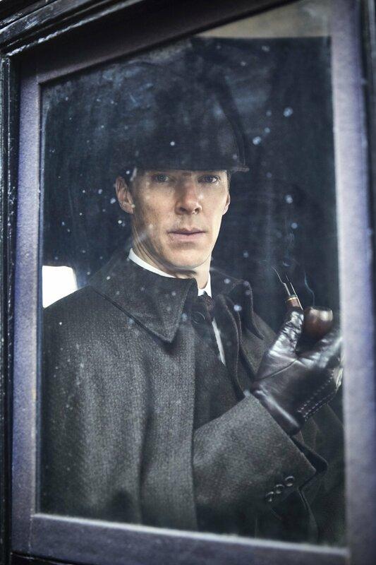 Vom Nikotinpflaster zur Pfeife: Das 19. Jahrhundert stellt Sherlock (Benedict Cumberbatch) vor ungeahnte Herausforderungen. – Bild: ARD Degeto/BBC/Hartswood Films/Robert Viglasky