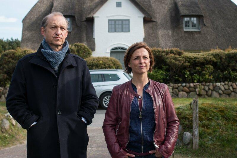 """Ina Behrendsen (Julia Brendler) und Carl Sievers (Peter Heinrich Brix) überlegen, ob die beiden Brüder Hansen eine """"Leiche im Keller"""" haben. – Bild: ZDF und Manju Sawhney./Manju Sawhney"""