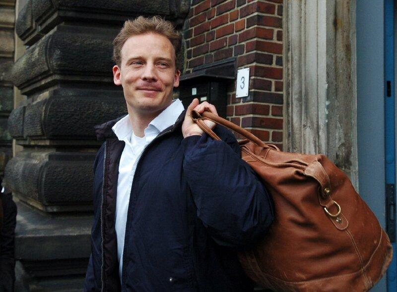 Im April 2005 verlässt Alexander Falk die Untersuchungshaftanstalt in Hamburg. Erst im Mai 2008 wird Falk zu insgesamt vier Jahren Haft verurteilt – wegen versuchten Betruges und Beihilfe zur Bilanzfälschung. – Bild: ZDF und picture-alliance