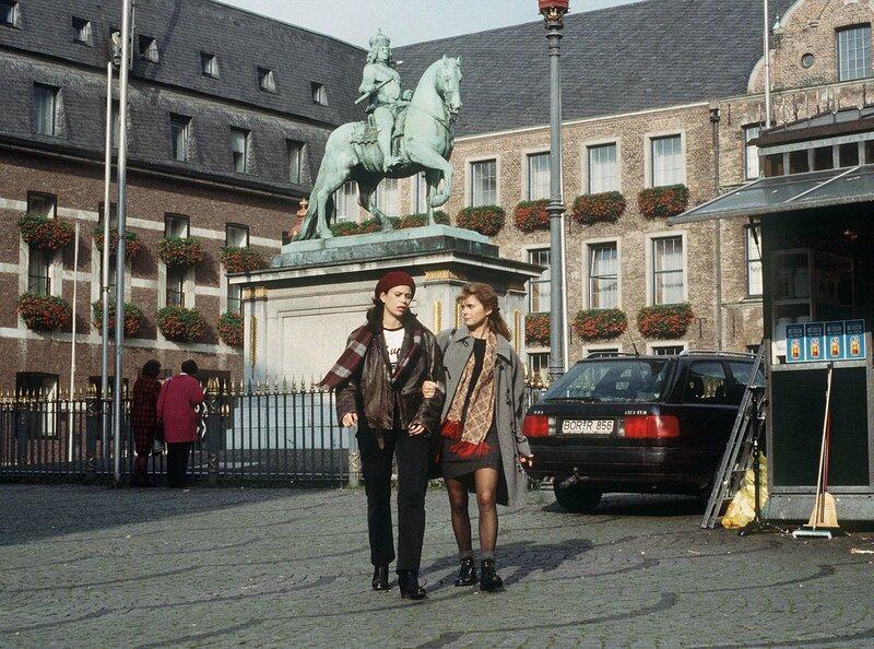 """WDR Fernsehen TATORT, """"Brüder"""", Fernsehfilm, Deutschland 1997, Regie Hartmut Griesmayr, am Mittwoch (21.03.12) um 22:55 Uhr. Auf einem Bummel durch Düsseldorfs Altstadt versucht Kommissarin Koch (Roswitha Schreiner, re) das Vertrauen der jungen Sandra (Rita Lengyel) zu gewinnen. Sie erhofft sich Informationen im Mordfall Birgit Lauffer. – Bild: WDR/Bischoff"""