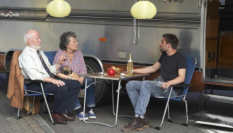 Krisensitzung: Bill (Bill Mockridge, l), Margie (Margie Kinsky) und Sohn Jeremy (Jeremy Mockridge, r) sprechen sich aus. – Bild: WDR/Melanie Grande
