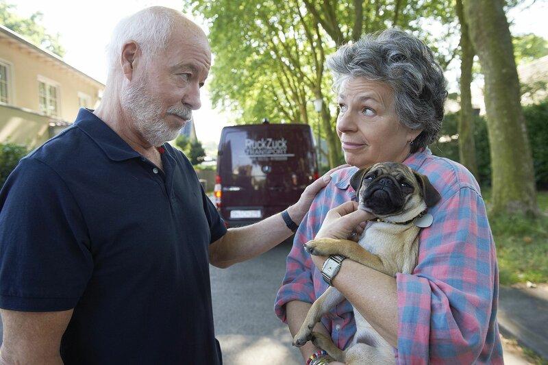 Auch der letzte Sohn hat das Elternhaus in Bonn Endenich verlassen. Margie (Margie Kinsky) wird von Bill (Bill Mockridge) und Hund Berta (Berta von Suttner) getröstet. – Bild: WDR/Melanie Grande