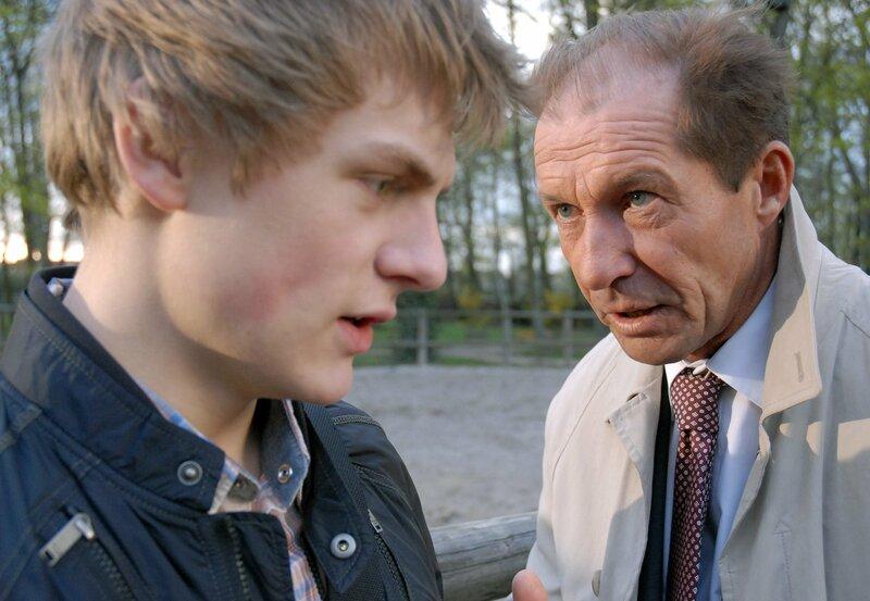 Dr. Fährmann (Michael Lesch, rechts) droht Theo (Meo Wulf, links) mit einer Anzeige. Er lässt nur dann Milde walten, wenn Theo auch seine Freunde dazu bringt, sich zu stellen. – Bild: ARD/BR/Christa Köfer