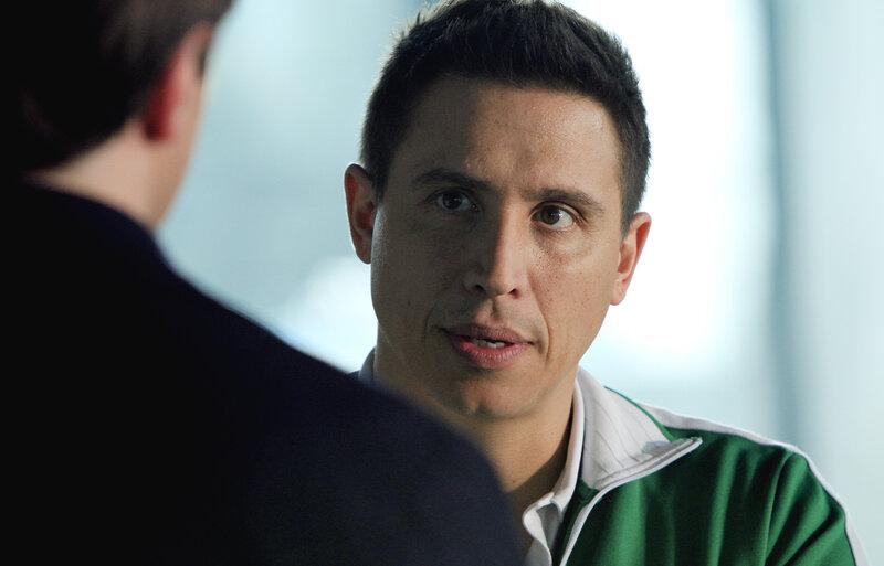 Hat Rome (Erik Palladino), der Trainer des plötzlich verstorbenen Hochleistungsschwimmers, etwas zu verbergen? – Bild: © ABC Studios