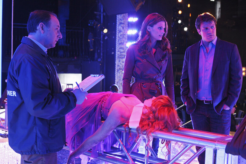 Amber Middleberry (Stephanie Lynn, 2.v.l.) wird ermordet aufgefunden. Ein neuer Fall für Richard Castle (Nathan Fillion, r.) und Kate Beckett (Stana Katic, 2.v.r.) ... – Bild: © ABC Studios