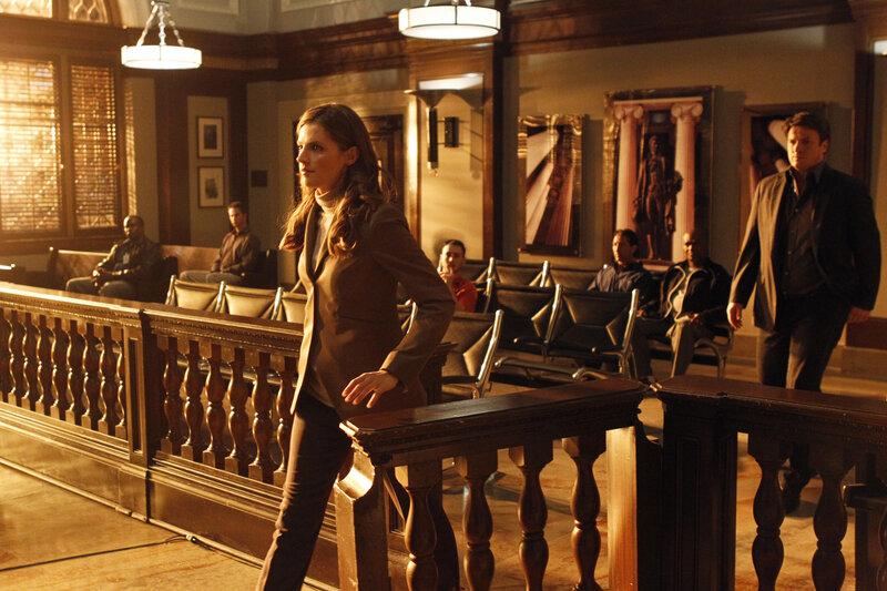 Richard Castle (Nathan Fillion, r.) begleitet Kate Beckett (Stana Katic, l.) zur Gerichtsverhandlung des Auftragsmörders Hal Lockwood, der einen seiner Mithäftlinge getötet hat ... – Bild: © ABC Studios
