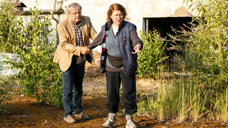 Günter (Wolfgang Winkler, l.) und Frau Ludoff (Dagmar Sachse, r.) folgen der blutgetränkten Schleifspur. – Bild: ARD/Kai Schulz