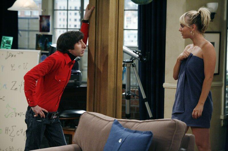 Der Möchtegern Frauenheld Howard (Simon Helberg, l.) versucht bei Penny (Kaley Cuoco, r.) zu landen ... – Bild: Warner Bros. Television Lizenzbild frei