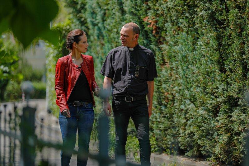 Katinka Keckeis trifft Seelsorger Albrecht Roebke. Er hat die Tochter betreut, nachdem die Leiche der Mutter gefunden wurde. – Bild: ZDF und Ralf Gemmecke.