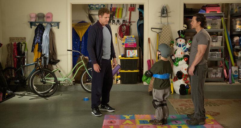 Plötzlich steht der junge Dylan (Owen Vaccaro, M.) zwischen den Stühlen. Doch dann macht er es sich zu nutzen, wie Brad (Will Ferrell, l.) und Dusty (Mark Wahlberg, r.) um seine Gunst buhlen ... – Bild: Puls 8