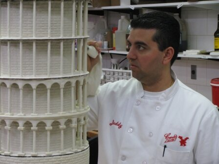 Buddy Valastro works on the Leaning Tower of Pisa cake. – Bild: Discovery Travel and Living