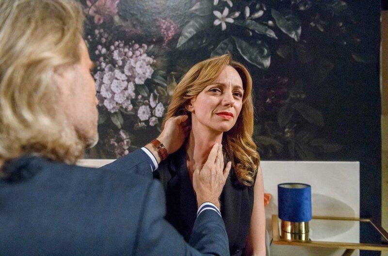 Michael (Erich Altenkopf, l.) untersucht Ariane (Viola Wedekind, r.), die behauptet, dass Robert sie gewürgt hat. – Bild: ORF 2