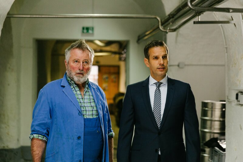 Matthias Münzer (Florian Stadler, r.) und Braumeister Johann Fuschl (Joachim Bauer, l.) berichten von einem Einbruch in die Brauerei. – Bild: ServusTV