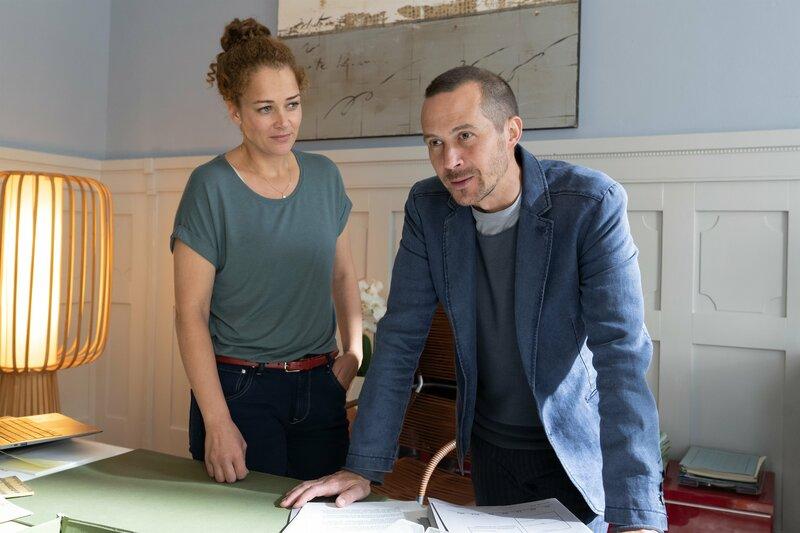 Alexander Heber (Barnaby Metschurat) sucht Hilfe in der Beratungsstelle bei Julia Schindel (Oona Devi Liebich). Er hat Angst, seine Freundin für immer zu verlieren. – Bild: ZDF und Michael Marhoffer.