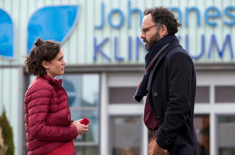 Rebecca (Milena Straube, l.) spricht mit Sebastian Reiter (Sami Loris). Der Kollege ihrer Patientin Nele scheint mehr als Freundschaft für diese zu empfinden. – Bild: ARD/Jens Ulrich Koch